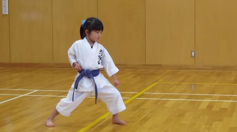 5 Jahre altes Mädchen übt Kihon